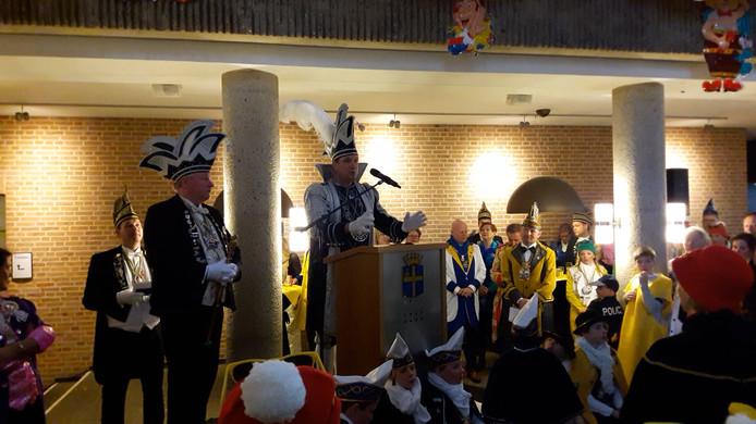 Stadsprins Rob spreekt de carnavalisten toe in het gemeentehuis