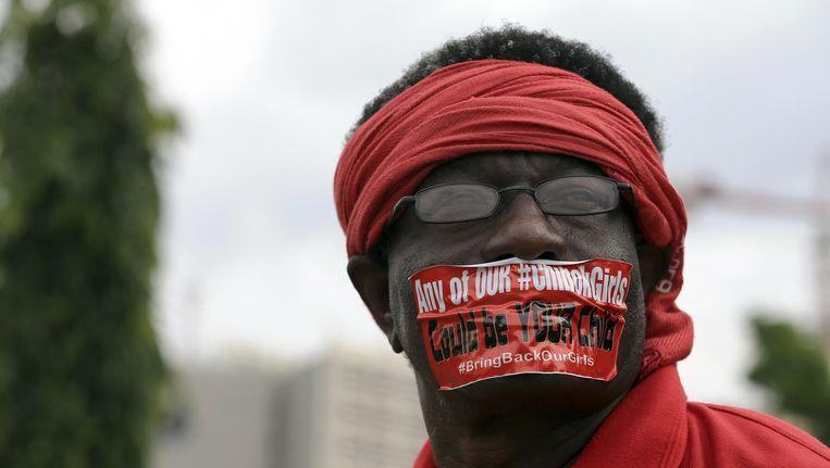 Een demonstrant op de dag dat het 120 dagen geleden was dat Boko Haram meer dan tweehonderd meisjes ontvoerde. Beeld reuters