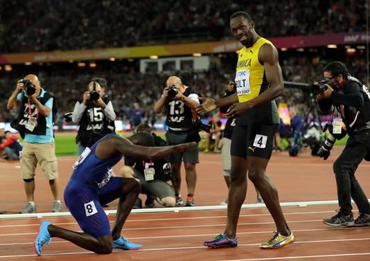 Justin Gatlin buigt voor Usain Bolt.