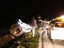 Auto ondersteboven in de sloot na glijpartij, bestuurder ongedeerd