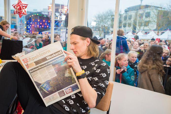 Sander leest de Stentor in het Glazen Huis.
