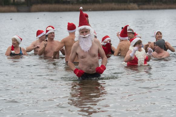 In de Duitse hoofdstad Berlijn gaan zwemmers in kerstoutfit te water in het Orank Meer.