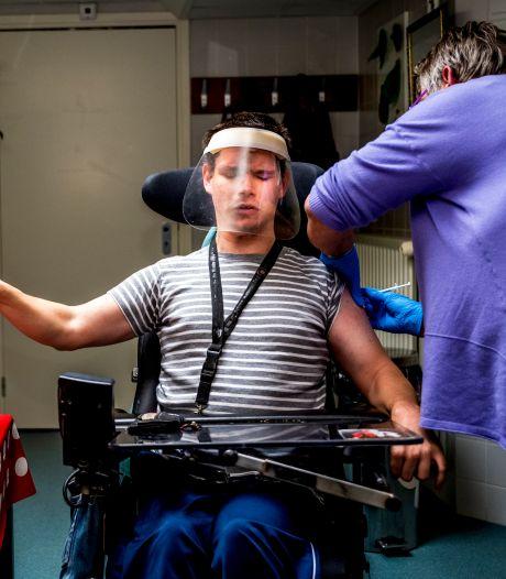 Kevin (27 jaar) krijgt als eerste bewoner in de zorg coronaprik: 'Ik wil snel weer naar de Kuip'