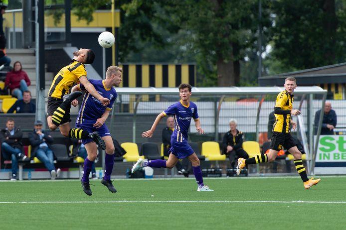 Benjamin Roemeon (l) van DVS'33 scoorde tegen VVSB, maar dat doelpunt werd afgekeurd. De ploeg uit Ermelo speelde met 2-2 gelijk.