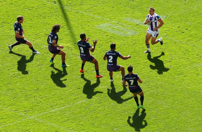 Kom hier maar eens doorheen, Jack Stockwell.... De rugbyer van de Knights wacht een muur van spelers  van Melbourne Storm.