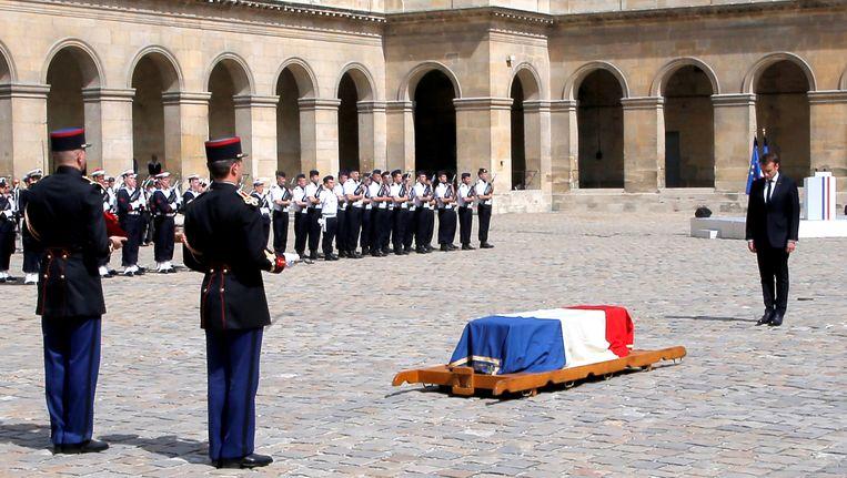 President Macron groet de kist van politica Simone Veil.