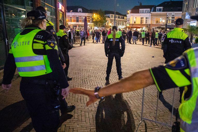 De politie in actie bij een demonstratie van anti-islambeweging Pegida in de wijk Lombok in Utrecht in mei.  Beeld null