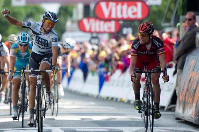 Alberto Contador (r) denkt te hebben gewonnen maar Cadel Evans (r) kwam als eerste over de finish op de Mûr de Bretagne in 2011.