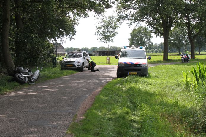 De politie doet sporenonderzoek op de plek van het ongeval.