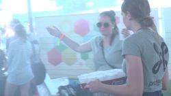 Frisse nevel en gratis water verkoelen puffende festivalgangers in Werchter