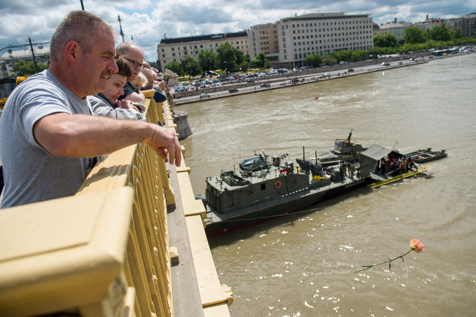 Inwoners van Boedapest gooien bloemen in het water als eerbetoon aan de slachtoffers van het bootdrama