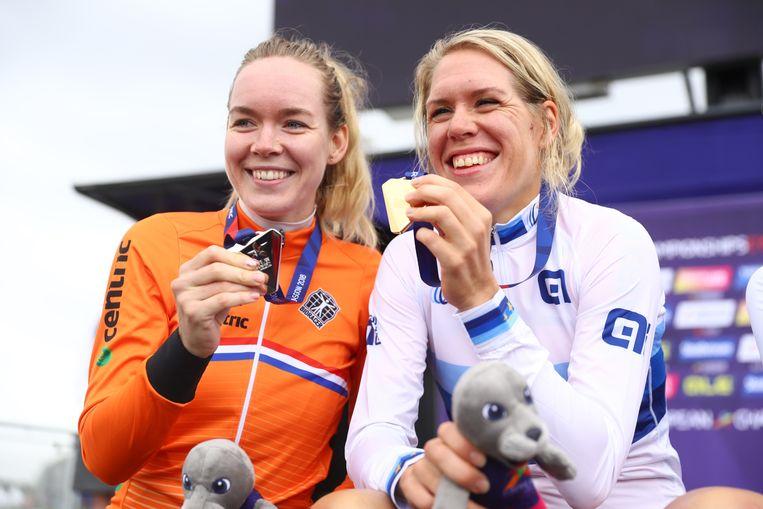 Anna van der Breggen (links, zilver) en Ellen van Dijk (goud) na de tijdrit op het EK in Glasgow. Beeld Getty