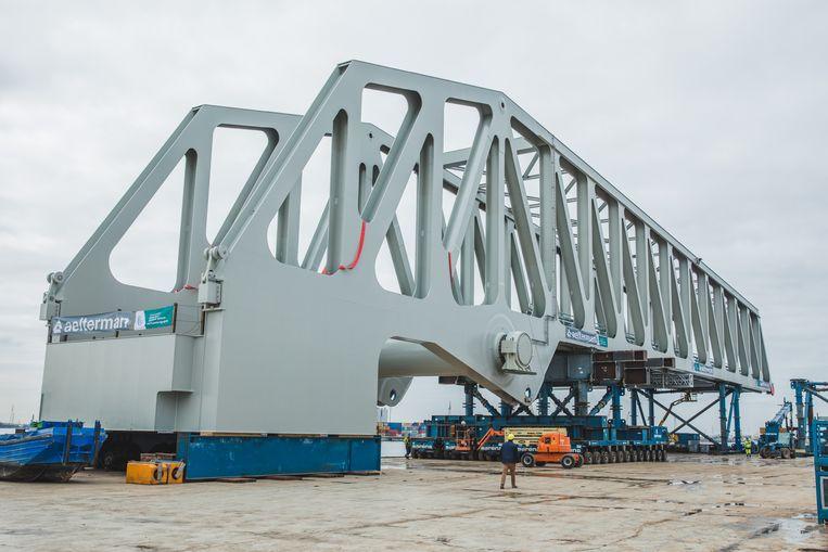 De brug wordt in gereedheid gebracht om naar Antwerpen vervoerd te worden.