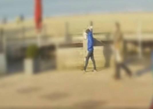 De man met de blauwe jas.