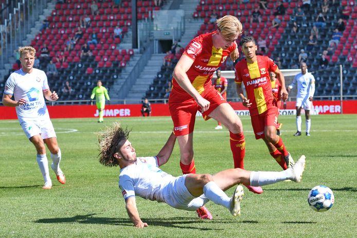 GA Eagles-aanvaller Maarten Pouwels in duel met Telstar.