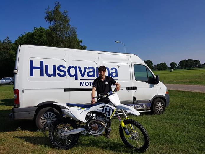 Jurgen Kaal met één van de twee Husqvarna-motoren, die een dag na de diefstal werden teruggevonden door de politie.
