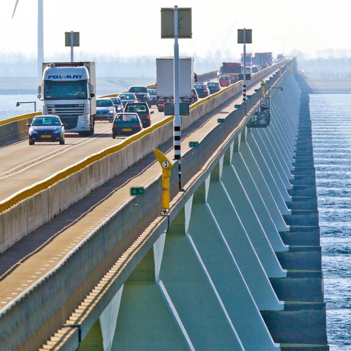 Vanaf 1 juni mogen landbouwvoertuigen drie keer per week een uur lang over de Zeelandbrug rijden.