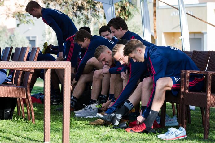 De jongelingen van Ajax in Portugal: Carel Eiting, Leon Bergsma, Mitchel Bakker, Noa Lang en Dennis Johnsen.
