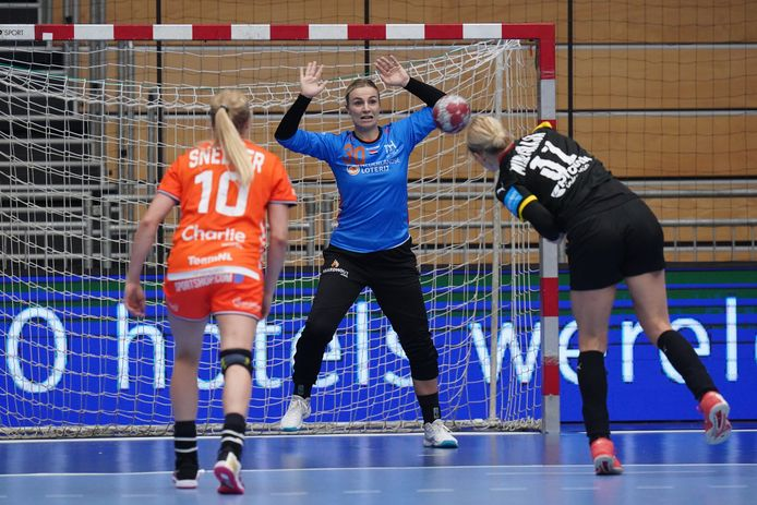 Rinka Duijndam verdedigt het doel van Oranje in een duel met Duitsland. Foto: Henk Seppen