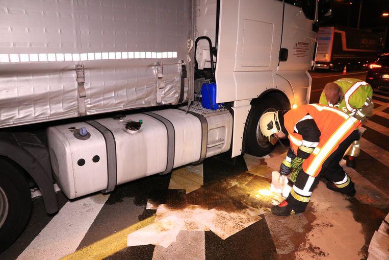 Een brandstoftank van een vrachtwagen scheurde open nadat de Jaguar er tegenaan knalde.