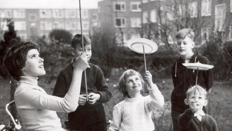 Amsterdam, 1959, kinderen vermaken zich met Chinese magische borden van de Yonge Yonge rage. Beeld Hartkamp/Spaarnestad