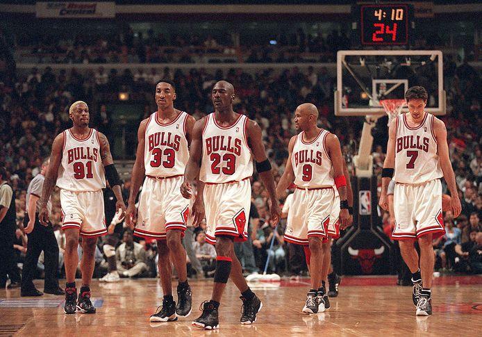 Dennis Rodman speelde speelde jarenlang bij de Chiago Bulls. Van links naar rechts: Rodman,, Scottie Pippen, Michael Jordan, Ron Harper and Toni Kukoc.