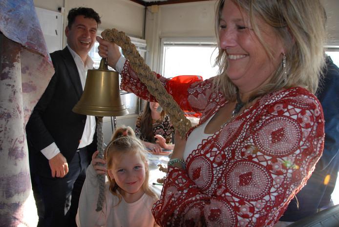 De 7-jarige Kiki luidde onder andere in het bijzijn van haar moeder Imke van Dillen en wethouder Eric Logister op symbolische wijze de bel