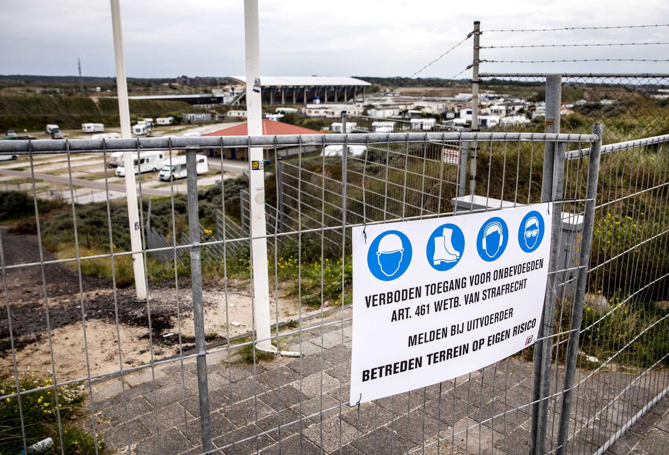 Een bouwhek bij Circuit Zandvoort. Milieuclubs stappen naar de rechter om alle werkzaamheden bij het circuit stil te laten leggen.