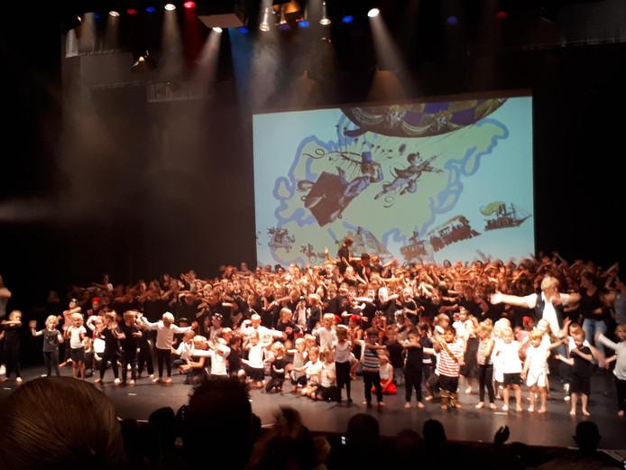 Daverend applaus voor de acteurs en actrices van de Nicolaasschool.