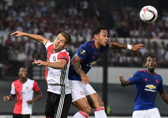 Feyenoorder Bart Nieuwkoop (links) in duel met Memphis Depay van Manchester United.