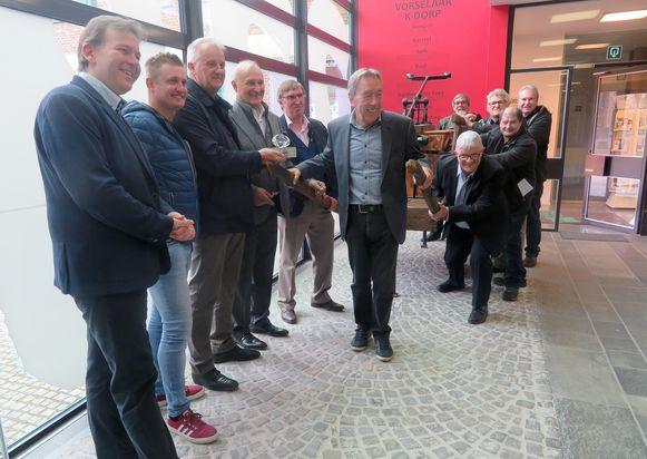 Herman Van Springel trekt samen met de organisatoren, ex-wereldkampioen Bart Wellens en burgemeester Janssens de kar van de nieuwelingenwedstrijd