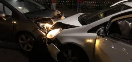 Auto's knallen frontaal op elkaar in Almelo
