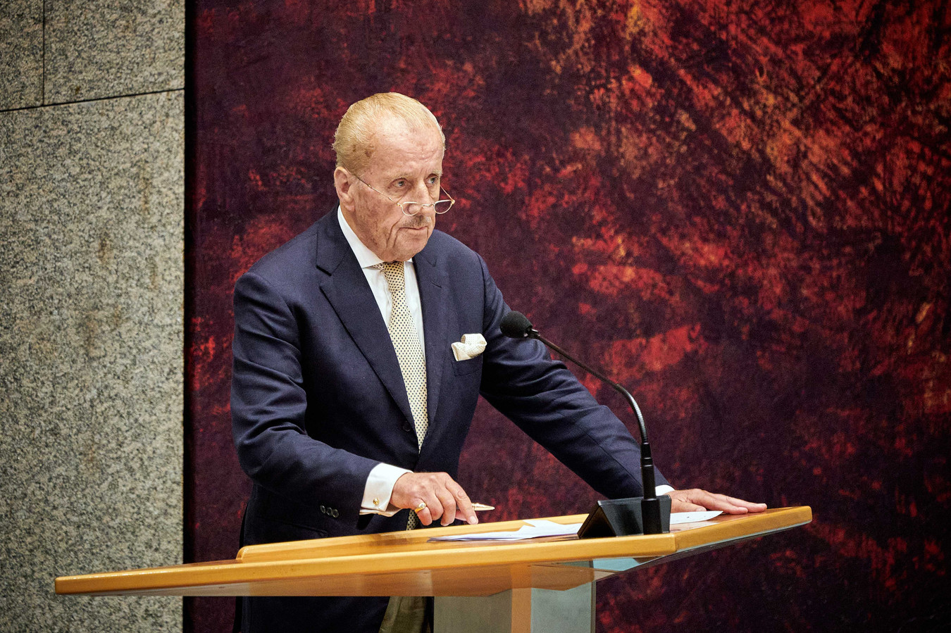 Kamerlid Theo Hiddema (FVD) in de Tweede Kamer tijdens een debat over institutioneel racisme in Nederland.