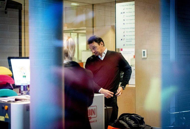 Willem Holleeder komt aan bij de rechtbank van Haarlem. Het OM eist dat Holleeder weer wordt vastgezet omdat hij zich niet aan de afspraken voor zijn voorwaardelijke invrijheidstelling heeft gehouden. Beeld ANP