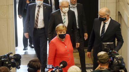 Merkel voor het eerst met mondmasker op officiële foto's na kritische vraag
