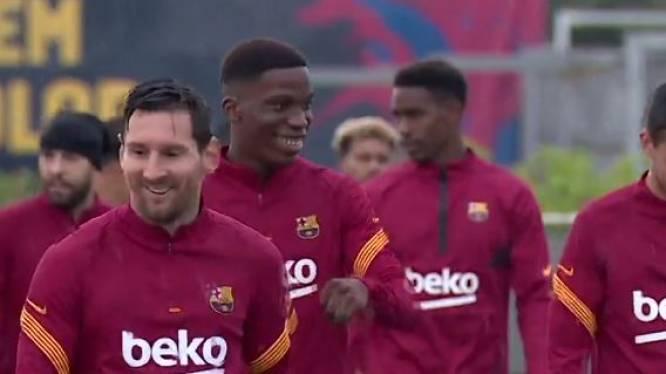 Alsof er niks gebeurd is: Messi weer op post voor kletsnatte groepstraining (en er kan zelfs een lachje af)