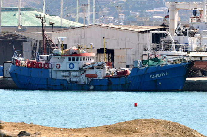 Het in beslag genomen reddingsschip Iuventa  van de Duitse ngo Jugend Rettet (Jeugd Redt) in de haven van Trapani op Sicilië.