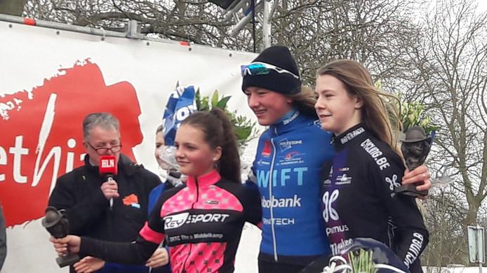 Rosita Reijnhout (links) als nummer twee op het podium bij de nieuwelingen-meisjes.