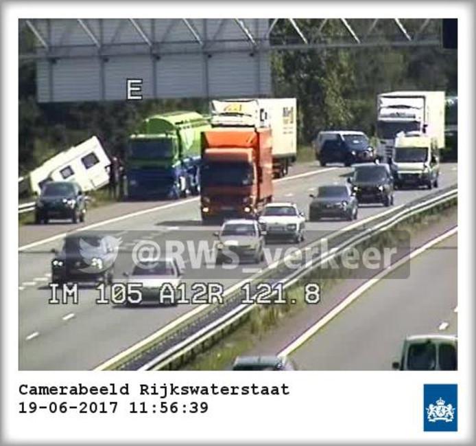Op de snelweg A12 zorgde een losgeschoten caravan voor problemen.