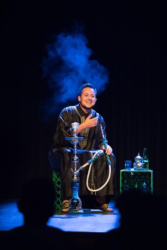 Mounir Samuel tijdens de voorstelling 'De achtbaan die mijn leven heet' in de Koningszaal van het Koning Willem I College in Den Bosch.