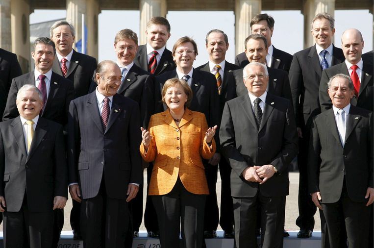 De EU-top in Berlijn, maart 2007. Van links naar rechts, vooraan: Lech Kaczynski, Jacques Chirac en Angela Merkel in het midden. Rechtsachteraan Jan Peter Balkenende en Tony Blair. Alle poppetjes zijn inmiddels veranderd - behalve Merkel.  Beeld EPA