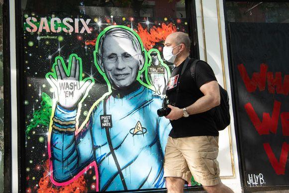Dokter Anthony Fauci, de gerespecteerde hoofdimmunoloog van het Witte Huis, is afgebeeld op een muur in New York met de boodschap dat mensen hun handen moeten wassen.
