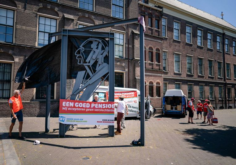 Kaderleden van de FNV voerden vorige week nog actie bij het beeld van Vadertje Drees bij het Binnenhof. Beeld ANP