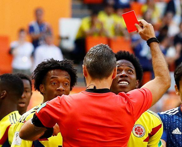 Carlos Sanchez krijgt een rode kaart onder zijn neus geduwd.