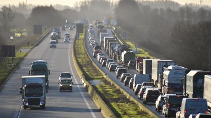 Vier vrachtwagens botsen op elkaar: één dode, E403 in Doornik volledig versperd