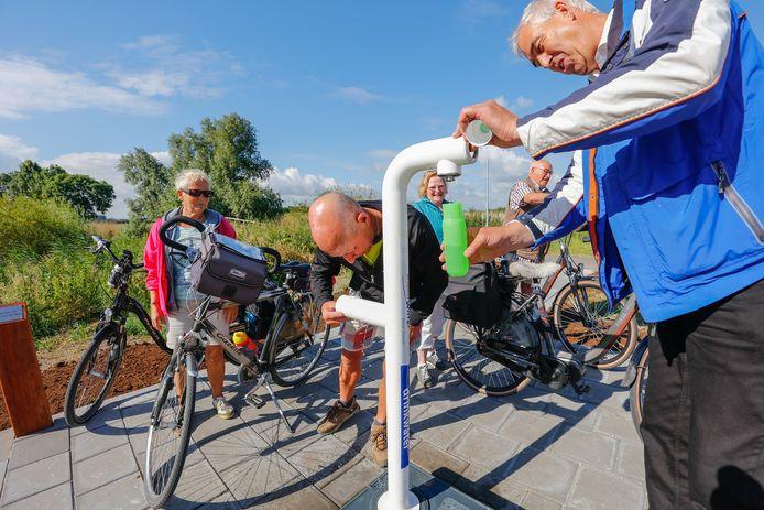 Bij het Gat van den Ham in Hooge Zwaluwe is sinds vorig jaar een openbaar tappunt voor water in gebruik. OM-raadslid Cees Huijssoon wil dat ook de gemeente Moerdijk deze voorziening krijgt.