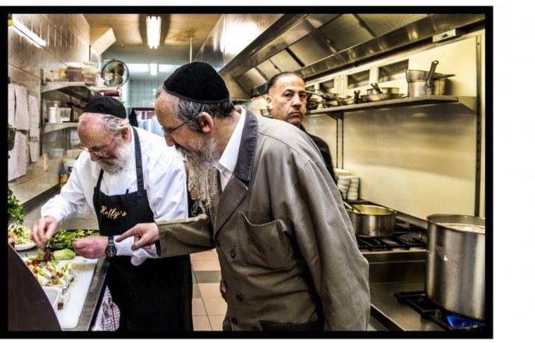 'Elke dag controleert een opzichter van het rabbinaat of ik de juiste ingrediënten gebruik en of er geen bloedpropjes in de eieren zitten.' Beeld