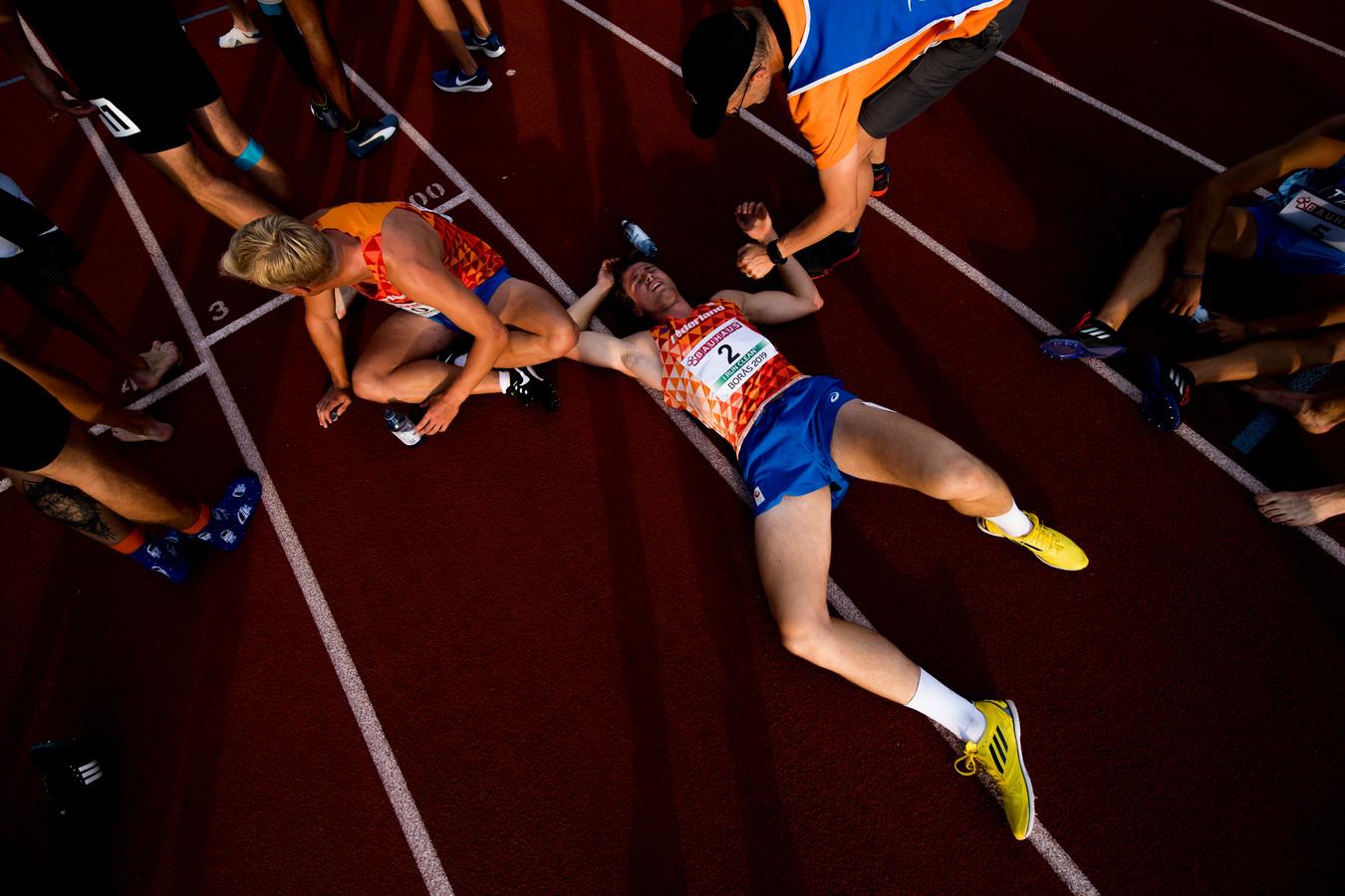 Vermoeidheid en vreugde bij Léon Mak na de afsluitende 1500 meter, de atleet uit Heerde pakte verrassend zilver bij het EK O20.
