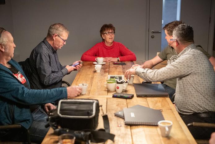 """Geke Lensen (63), terwijl ze de organisatie achter Top 2000 Dedemsvaart interviewt. ,,In de laatste editie van de Dedemsvaartse Courant komt vast een terugblik, maar daar moeten we nog over besluiten."""""""