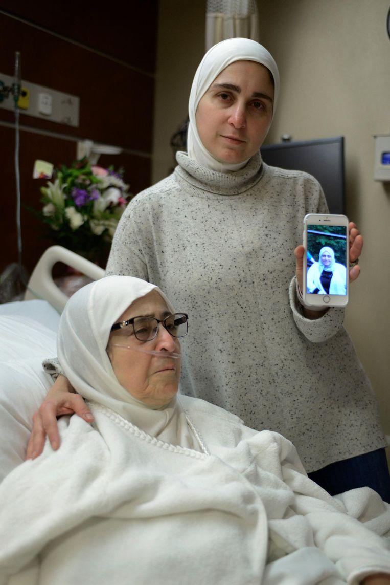 Nour Ulayyet laat terwijl zij haar zieke moeder troost in Munster, Indiana een foto zien van haar zuster, een Syrische die woont in Saoedi-Arabië. Ondanks een geldig visum werd zij teruggestuurd toen zij van Riyad naarChicago was gevlogen. Beeld ap